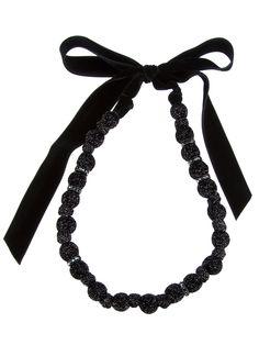 Collier noir Lanvin avec perles recouvertes effet pailleté, détail perles serties de strass et ruban en velours à nouer