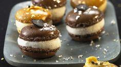 Macarons au chocolat et pain d'épices fourrés à la mousse de vanille _ http://www.cuisineaz.com/dossiers/cuisine/macarons-whoopie-pies-noel-14676.aspx