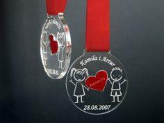 Oto ciekawa propozycja prezentu dla swojej drugiej połówki na Walentynki. Medal wykonany z dwóch rodzajów pleksi – czerwonej i bezbarwnej grawerowany z wklejką.