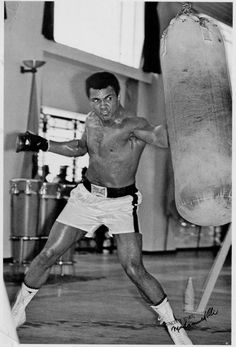Muhammad Ali was one of the most inspiring athletes in history. Here are 30 of the greatest Muhammad Ali quotes to inspire you to achieve your own goals. Mohamed Ali, Boxing Training, Boxing Workout, Boxing Boxing, Jiu Jutsu, Combat Boxe, Muhammad Ali Boxing, Muhammad Ali Quotes, Boxing Posters