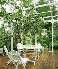 Puisen terassikannen päälle perustettu pergola on viihtyisä puutarhahuone. Tasaisella alustalla puutarhakalusteet pysyvät tukevasti pystyssä ja niitä on helppo liikutella.