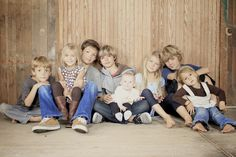 grandkids photography Makes me want 8 kids till I read how much the duggars spend on food a month for their 19 a month) Extended Family Photos, Large Family Photos, Family Picture Poses, Family Posing, Family Portraits, Family Pictures, Picture Ideas, Photo Ideas, Little Girls