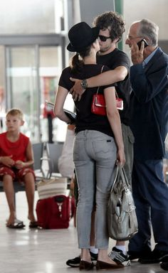 Guillaume Canet Photos - After a romantic weekend in Corsica, Marion Cotillard and Guillaume Canet kiss as they prepare to depart from Ajaccio airport. - Marion Cotillard in Corsica Marion Cotillard Husband, Marion Cotillard Style, Classic Outfits, Cool Outfits, Trendy Outfits, Marion Cotilard, Le Couple Parfait, Parisienne Chic, Famous Couples