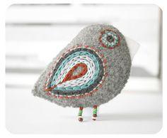 Items op Etsy die op vilt Pins, vogel pin, voelde broche, geborduurde pin - sparrow vogel pin lijken