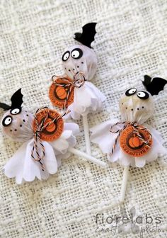 Definitely going to work on my tootsie pop ghosts for this Halloween. Much more detailed Dulceros Halloween, Adornos Halloween, Manualidades Halloween, Halloween Treat Bags, Cute Halloween Costumes, Halloween Crafts For Kids, Halloween Snacks, Diy Halloween Decorations, Happy Halloween
