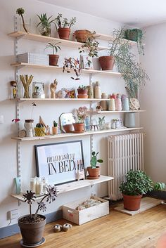 7 verschiedene Wege zu Zimmerpflanzen Dekoration Ideen im Wohnzimmer 7 different ways to house plants decoration ideas in the living room Living Room Plants, Living Room Shelves, Living Room Decor, House Plants, Dining Room, Corner Deco, Wall Shelves Design, Bookshelf Design, Corner Shelves