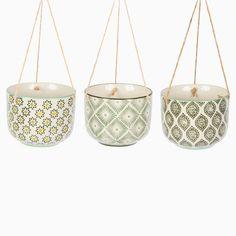 Mettez vos plantes et cactus en valeur comme jamais avec ce cache-pot à suspendre par Sass & Belle fabriqué en céramique.