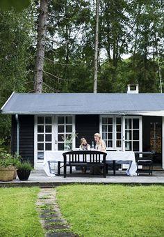 65 Best ideas for exterior de casas blancas Black House Exterior, Exterior Paint Colors For House, House Paint Color Combination, Cute Cottage, Tiny House Cabin, Exterior Makeover, Coups, House Painting, Exterior Design