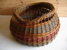 François Desplanches Willow Weaving, Basket Weaving, Bountiful Baskets, Pine Needle Baskets, Newspaper Basket, Vintage Baskets, Pine Needles, Weaving Art, Wicker Baskets