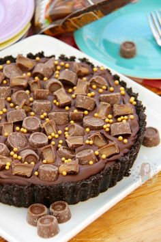 A delicious No-Bake Rolo Tart that will be the perfect Showstopper for any occasion! SO, I thought it was time for something delicious. Delicious Cake Recipes, Yummy Cakes, Sweet Recipes, Dessert Recipes, Tart Recipes, Rolo Cheesecake, Salted Caramel Chocolate Cake, Chocolate Tarts, Just Pies