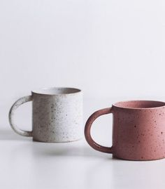 tasse-en-gres-blanc-mouchete-v3 Ceramic Plates, Porcelain Ceramics, Ceramic Art, Pottery Mugs, Ceramic Pottery, Earthenware, Stoneware, Diy Tableware, Vintage Kitchenware
