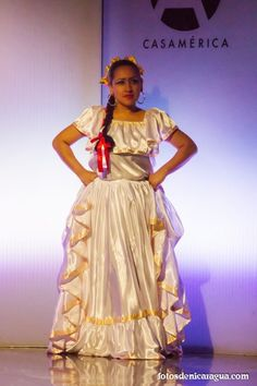 jovencita muestra vestido tradicional