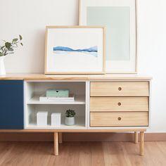 No hay casa sin un aparador que te ayude a guardar todo aquello que necesitas tener a mano. Un práctico mueble de comedor, formado por un módulo con puerta abatible, un módulo con cajones en madera de pino, un módulo con balda y con la tapa de madera de pino natural lacada. Perfecto para almacenar todo aquello que necesites. Ideal para completar el mobiliario de tu salón. Estructura y patas acabadas con madera de pino. Azul Indigo, Natural, Dinner Room, Madeira, Shelf Wall, Drawers, Dining Room Furniture, Tv Unit Furniture, Drawer Unit