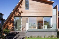 Présenté il y a peu de temps pour une réalisation en bord de mer,  Splyce Design frappe une nouvelle fois avec cette maison asymétrique, magnifiquement intégrée dans un quartier de Vancouver.  Plaquée en bois de cèdre, cette résidence présente une pente de toit vertigineuse et un angle unique. Adaptée selon les besoins et les désirs de son propriétaire, la maison s'élève sur trois étages. Sa géométrie ludique donne un air nouveau à la rue qu'elle occupe.