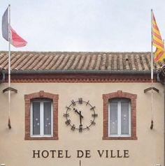 Cadran #horloge Bodet installé sur la façade de l'hôtel de ville Argelès-sur-Mer (66), en Midi-Pyrénées-Languedoc-Roussillon #clock