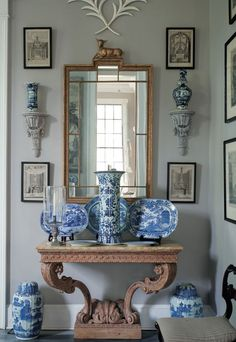 A vignette in Furlow Gatewood& home highlights his passion for blue and white porcelain. From Julia Reed& book & Man& Folly& Blue And White China, Blue China, Blue Rooms, White Rooms, Antique White Furniture, Muebles Shabby Chic, Wall Brackets, Chinoiserie, White Decor