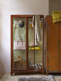 Vitrinekast met een zacht kleurenpalet | showcase with a soft colorpalet | Bron: vtwonen 01 2016 | Fotografie Tjitske van Leeuwen | Styling Marianne Luning