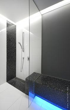 elegancka monochromatyczna strefa wypoczynku przy saunie
