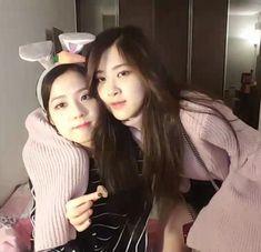 Jisoo and Jennie Jisoo Do Blackpink, Blackpink Jisoo, South Korean Girls, Korean Girl Groups, Blackpink Youtube, K Pop, Lady Gaga, Coachella, Blackpink Photos