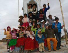 Un grupo de niños suspende sus juegos, para saludar al lente viajero de Explorando Perú, en el centro poblado de Llachahui (distrito de Coata, Puno).