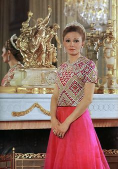 Farah Diba 's style , the queen of Iran Farah Diba, Royal Crowns, Royal Tiaras, Kings & Queens, Persian Princess, Pahlavi Dynasty, The Shah Of Iran, Style Royal, Leila