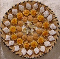 Sardinian pastries - dolci tipici sardi: dal centro tilicche, amaretti, pardulas, papassini