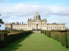 Castle Howard is a stately home in North Yorkshire, England, 15 miles north of York. One of the grandest private residences in Britain, most of it was built between 1699 and 1712 for the Earl of Carlisle, to a design by Sir John Vanbrugh. English Manor Houses, English Castles, English Country Manor, Beautiful Castles, Beautiful Buildings, Architecture Baroque, Beautiful Architecture, Brideshead Revisited, Chateau Versailles