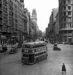 Tenemos la suerte de encontrarnos en una de las calles más emblemáticas de #Madrid; Y es que no sólo Londres ha tenido autobuses de dos plantas!! #GranVía, año 1949.