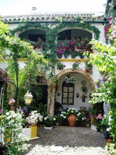 Patio fiorito in Andalusia -España.