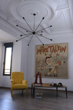 Lámpara colgante Atomium, en negro, ideal para iluminar amplios espacios, y altos techos.  Combinada con bombillas de filamento visto tipo Vintage, crea una iluminación muy cálida Wood Bars, Small Spaces, Interior Decorating, Sweet Home, Chandelier, House Design, Ceiling Lights, Living Room, Lighting
