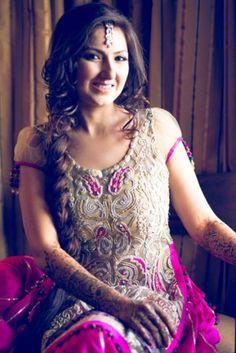 Mumbai Sindhi Modern & Stylish Wedding - Nandita and Bhavik Mehendi Outfits, Pakistani Outfits, Indian Outfits, Pakistani Clothing, Indian Clothes, Mehndi Hairstyles, Indian Wedding Hairstyles, Loose Side Braids, Desi Wedding