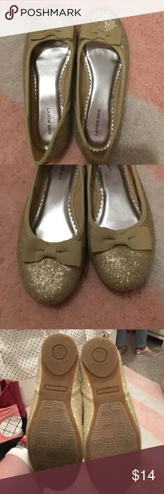 Girls dressy shoes Pretty girls champagne colored shoes.  Pretty bow on the toe.  Shoes are a bit sparkly!  Very fun shoes can be worn year round!  Great condition, no really wear & tear!  Size 1.  From Land's End.  $14 Land's End Shoes Dress Shoes
