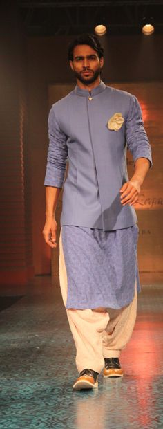 Manish Malhotra Mens Indian Wear, Mens Ethnic Wear, Indian Groom Wear, Indian Men Fashion, Indian Man, Kurta Pajama Men, Kurta Men, Wedding Men, Wedding Suits