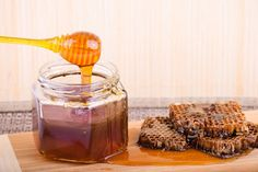Raw honey has so many great healthy benefits. Here are some and also why, if you use raw honey, it's best to stick with locally produced for maximum health Health Benefits Of Cherries, Health Benefits Of Almonds, Honey Benefits, Fruit Benefits, Natural Honey, Raw Honey, Le Psoriasis, Valeur Nutritive, School Snacks