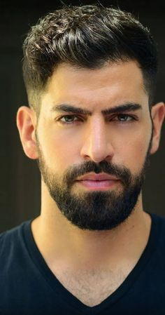What is beard oil and beard balm and what do they do? Learn the differences between them as well as other beard products like beard lotion and beard spray. Shaved Head With Beard, Short Hair With Beard, Mens Hairstyles With Beard, Thick Beard, Haircuts For Men, Short Hairstyles For Men, Trending Hairstyles For Men, Brown Beard, Hairstyle Short