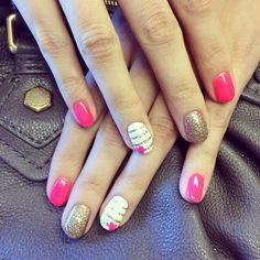 Smalto colorato rosa, bianco con piccoli cuori.