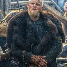 Vikings Season 6, Vikings Show, Vikings Tv Series, Viking Wallpaper, Ragnar Lothbrok Vikings, King Ragnar, Viking Series, Viking Culture, Viking Clothing