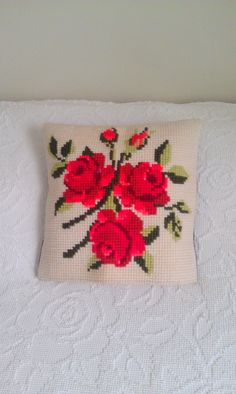 Vintage needlepoint pillowcover with red roses Needlepoint Pillows, Needlepoint Stitches, Needlework, Vintage Embroidery, Beaded Embroidery, Hand Embroidery, Crochet Cross, Bead Jewellery, Cross Stitch Flowers
