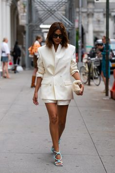 The Most Colorful (And Diverse) NYFW Street Style You've Been Waiting for The Best Street Style at New York Fashion Week 2019 New York Fashion Week Street Style, Nyfw Street Style, Street Style Summer, New York Style, New Yorker Stil, New Yorker Mode, Stylish Summer Outfits, Spring Fashion Casual, Spring Outfits