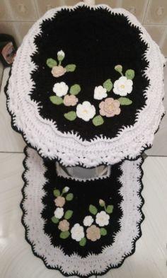 Esse jogo de banheiro foi feito com barbante de alta qualidade  O jogo possui 3 peças:  01 tapete de 0,75 cm x0,53cm  01 capa tampa de vaso  01 tapete vaso sanitário  Acabamento: Flores feitas a parte de linha 100% algodão e pedraria no centro das flores