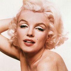 "Marylin esbanja sensualidade em seu último ensaio - Créditos: Bert Stern (Fonte: O Beijo ""O último ensaio fotográfico de Marylin Monroe"")"