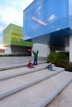 Construido por LBR + A en Mexico City, Mexico con fecha 2013. Imagenes por Alfonso Merchand. El Kínder Monte Sinaí integra un concepto arquitectónico lúdico que promueve la creatividad de los niños a través de ...