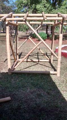 Casa de boneca em bambu construido para crianças.