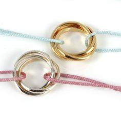 Bracelet 3 anneaux argent ou en plaqué-or monté sur un cordon coulissant .  matière : argent 925/000ème matière : plaqué-or cordon : réglable noeud coulissant anneaux : 1,3cm