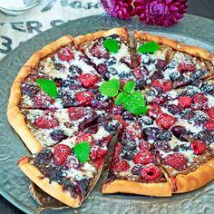 Bjud på en oslagbar kombination: dessertpizza med Nutella, bär och vit choklad!