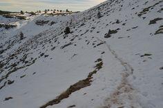 Sendero por una ladera nevada en el Pico Urbión