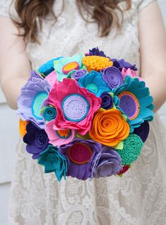 He encontrado este interesante anuncio de Etsy en https://www.etsy.com/es/listing/227539633/felt-flower-wedding-bouquet-peacock