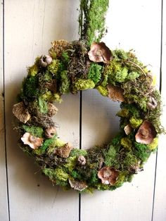 7 Awesome Ways to Bring Moss Inside - lovely moss wreath :) mosswreath Woodland Christmas, Christmas Crafts, Christmas Decorations, Holiday Decor, Moss Wreath, Diy Wreath, Nature Decor, How To Make Wreaths, Holiday Wreaths