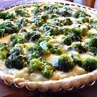 Tarta z brokułami w sosie serowo-czosnkowym
