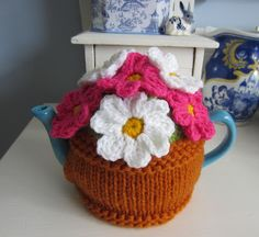 Justjen-knits&stitches: Little Flower Pot Tea Cosy - revisited Tea Cosy Knitting Pattern, Tea Cosy Pattern, Free Pattern, Knitting Patterns, Crochet Patterns, Free Knitting, Finger Knitting, Scarf Patterns, Free Sewing